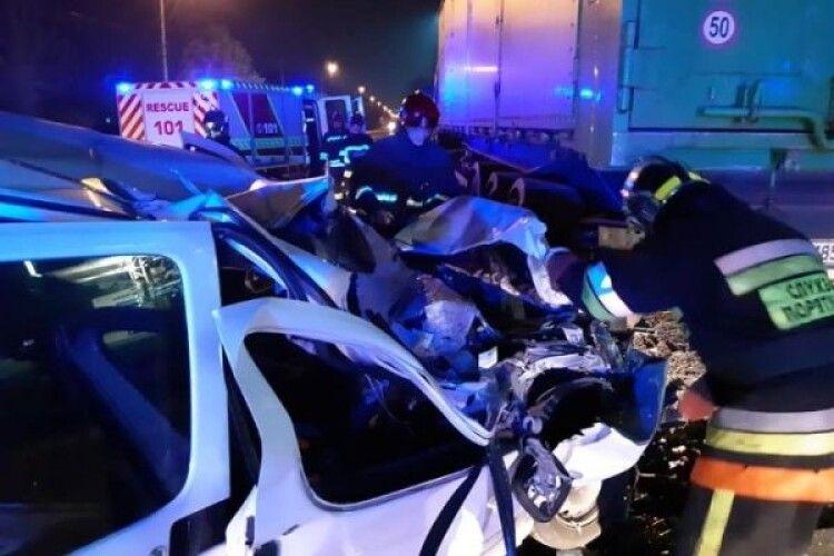 Серйозна автотроща у Рівному: одного з водіїв діставали рятувальники (Фото)