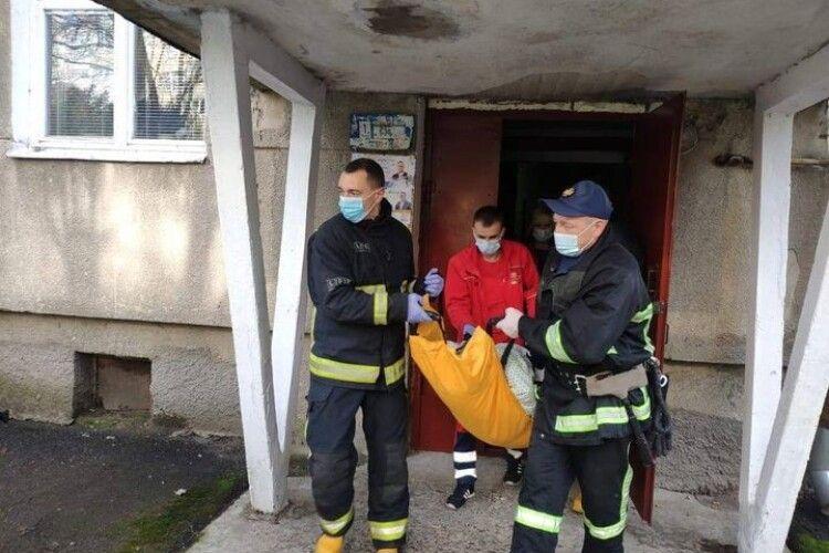 У Луцьку бійці ДСНС врятували літню жінку, яка одержала травму в зачиненій квартирі