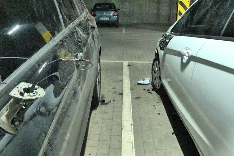 У Луцьку чоловік розбив дев'ять чужих авто, а на одному з них ще й заснув (Фото)