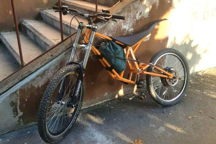 У Рівному 19-річний парубок приробив ноги чужому електровелосипеду