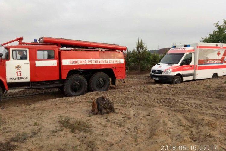 Рятувальники діставали швидку, яка загрузла у піску