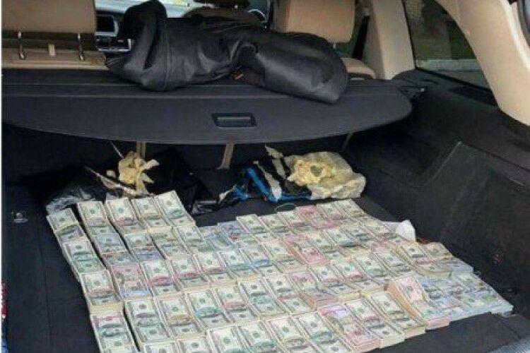 Начальник «Ягодина», який віз до Києва 700 тисяч «розфасованих» доларів, почав клеїти дурня: мовляв, гроші не його, а «одного бізнесмена» (Відео)