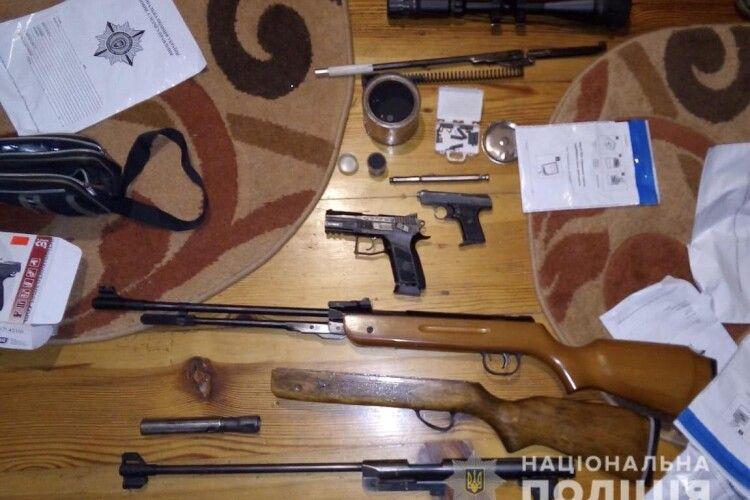 Не інакше, як готувався до війни: у 59-річного ківерчанина знайшли три пістолети, дві рушниці, гранати та вибухівку (фото)