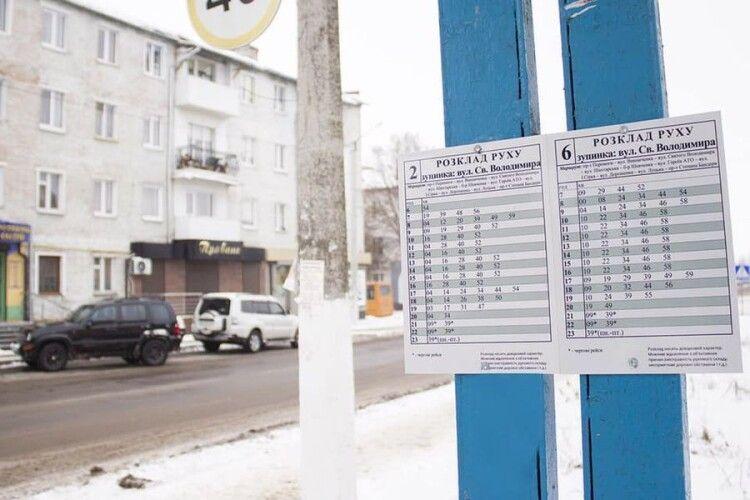 У Нововолинську на зупинках вивісили розклад руху маршруток