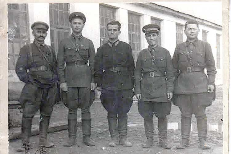 Через 75років після закінчення війни таджик Ділшод Мавлоні знайшов могилу діда вБерестечку