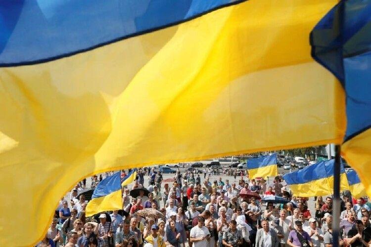 Низка міст Чехії та Словаччини підняли над ратушами синьо-жовтий прапор