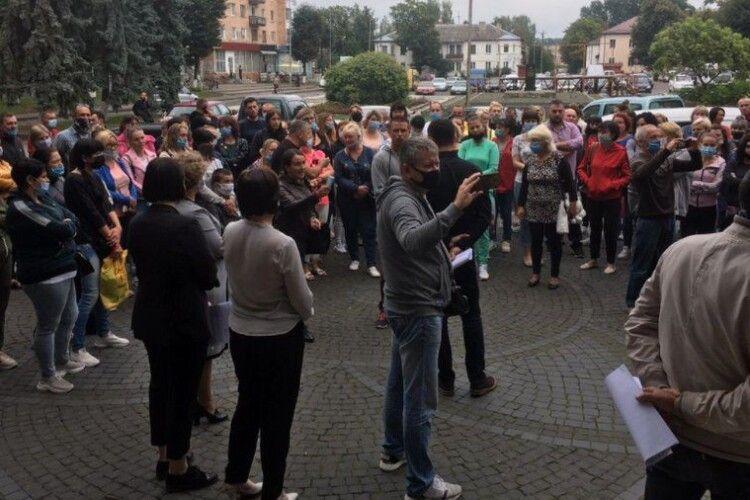 На Рівненщині батьки школярів прийшли під РДА: протестують проти дистанційного навчання