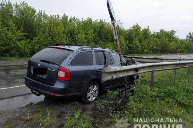 На Рівненщині «Skoda Octavia» нахромилася на відбійник: 28-річний водій – у реанімації (Фото)