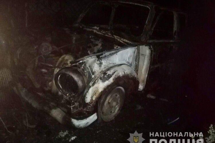 У Рівненському районі повністю згоріло авто чоловіка, який погрожував підірвати свій будинок (Фото)