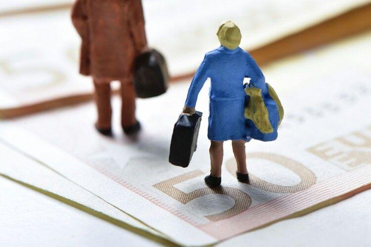 Влада дозволить українцям виїхати на закордонні заробітки. Але фіксуватиме прибутки?