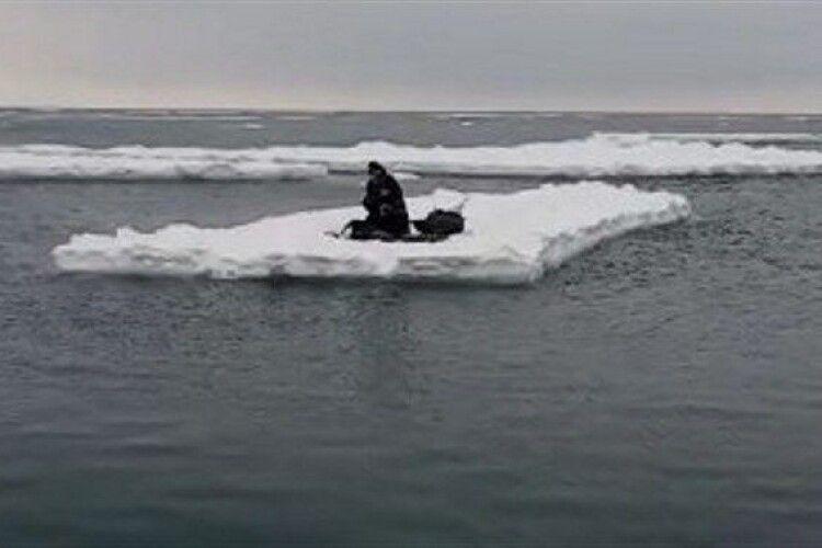 Бійцям ДСНС довелося рятувати 70-річного рибалку, який дрейфував Кременчуцьким водосховищем на крижині (Відео)
