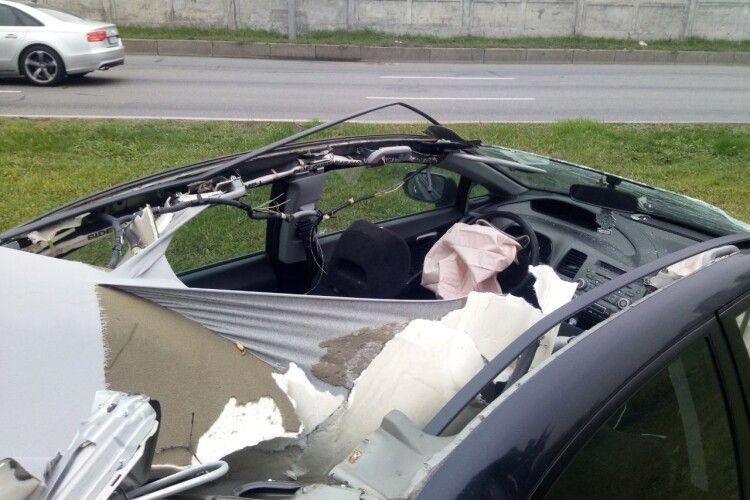 В автомобіля після моторошної ДТП із деревом повністю знесло дах (ВІДЕО)