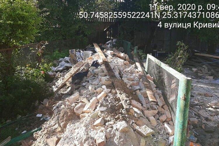 Лучанин влаштував звалище будівельних відходів у центрі Луцька