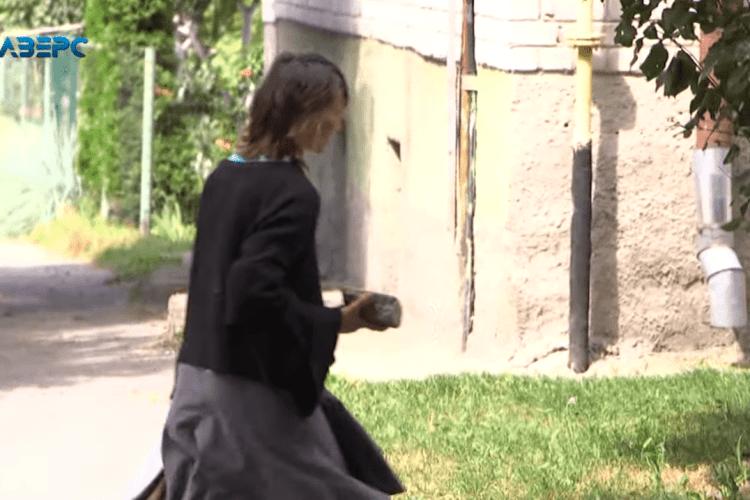 Лучанка близько року ночує в під'їзді під батьківською квартирою (Відео)