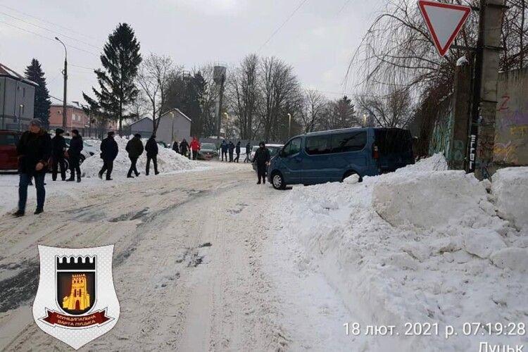 Лише за один день у районі луцького авторинку муніципали виявили 200 незаконних паркувань на газонах (Фото)