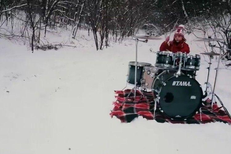 Посеред лісу в снігу 9-річна українка записала драйвовий барабанний кавер