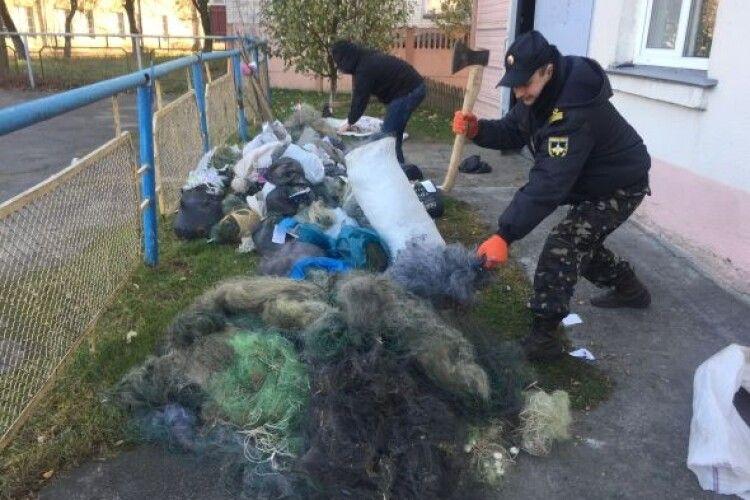 Озброєні сокирами інспектори рибпатруля знищили майже півтисячі сіток (Фото)