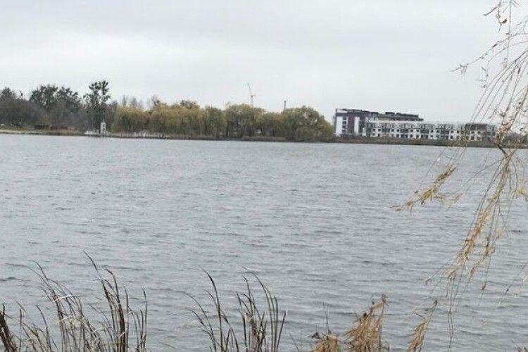 У Рівному в озері знайшли тіло безвісти зниклої жінки
