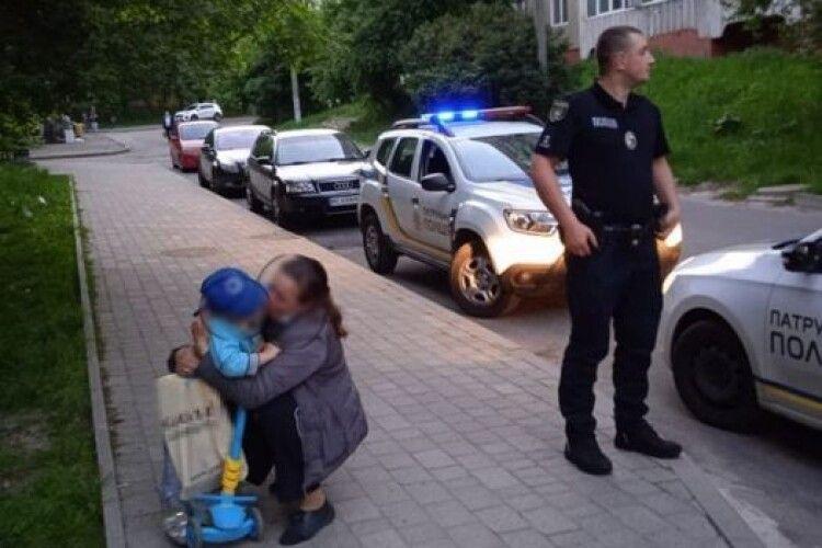 Трирічний хлопчик дременув від мами на самокаті: патрульні впіймали втікача аж за 2 км