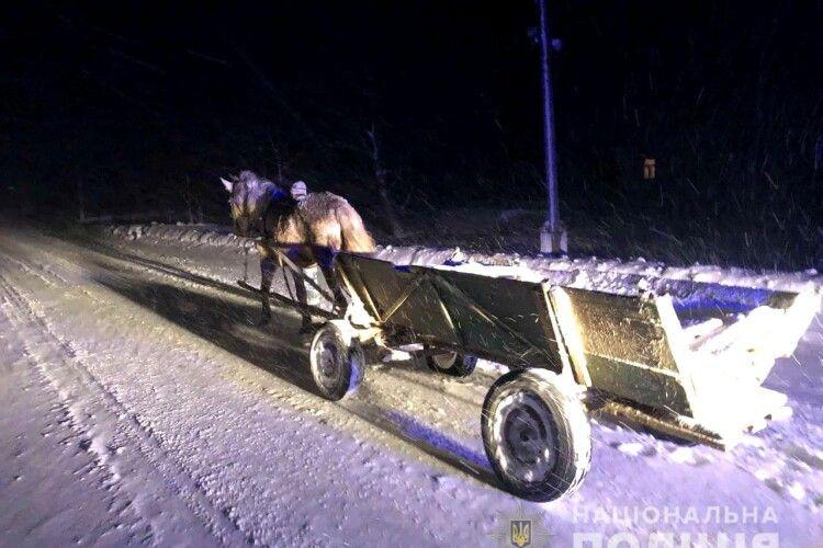 На дорозі Рівненщини врятували чоловіка, який змерз так, що не міг говорити і рухатися (Фото)