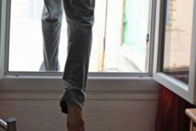 У Луцьку на виборчій дільниці спостерігач стрибнув у вікно, – ЗМІ