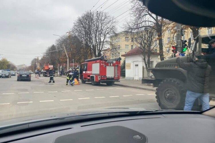 У Луцьку тролейбус зламав стовп електроопори (Фото)