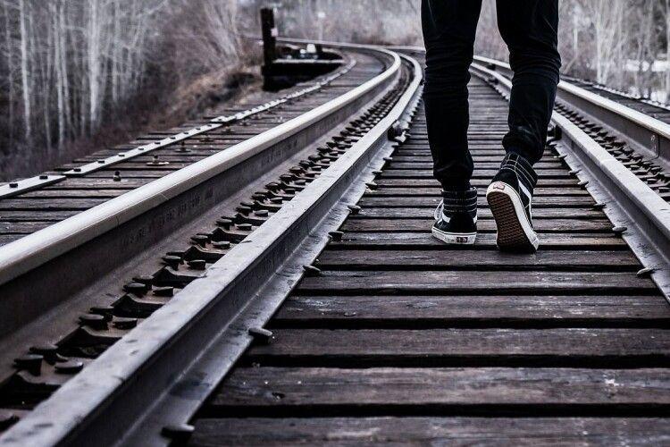 Йшов коліями у навушниках: поїзд протягнув тіло чоловіка 50 метрів прямо до перону