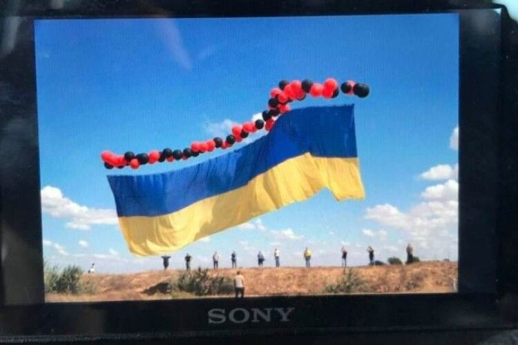 У небо над окупованим Кримом запустили великий український прапор