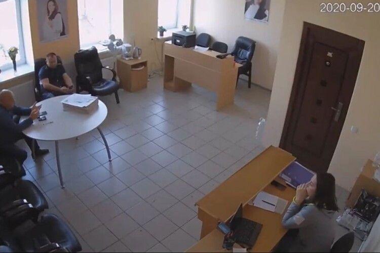 На Хмельниччині «слуга» розповів, як підкуповує ДВК, фальсифікує та співпрацює з ОПЗЖ