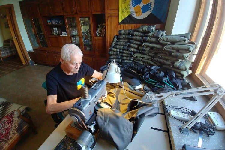 У майже 80 років відшив 2000 похідних солдатських «шаф»