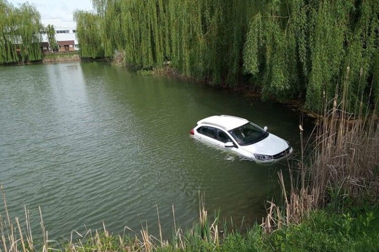 У Луцьку в ставку плавала машина (Фотофакт)