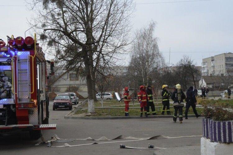 Сусіди носили воду відрами: у Луцьку палала багатоповерхівка (Фото)