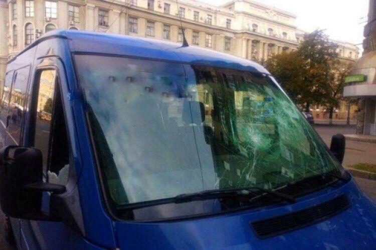 Чоловік розбив кувалдою автобус та побив водія, з яким у нього раніше стався конфлікт на дорозі (Фото)