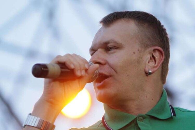 Співак з Луцька неабияк засмітив своє житло – просить допомоги у своїх фанатів