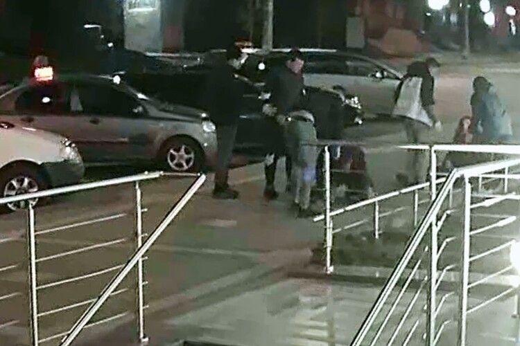 У Луцьку жорстоко відгамселили молодого чоловіка (Відео)