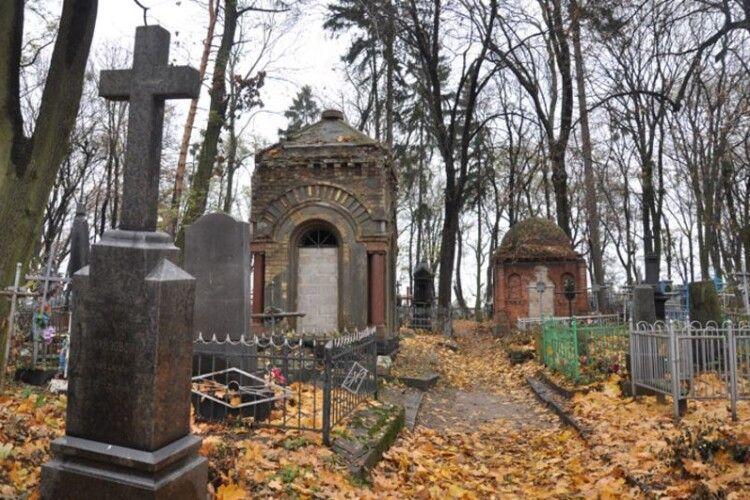 Неперетворюйте кладовище насміттєзвалище!
