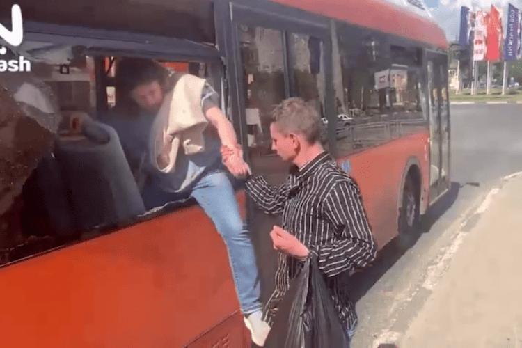 Сім'я з дітьми влаштувала скандал в автобусі та «дружно вийшла» у вікно (Відео 18+)