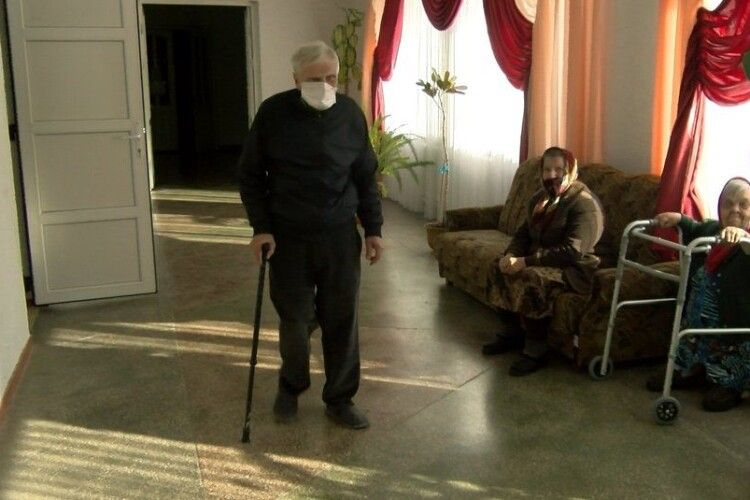 Чоловіка, який місяць жив у пункті обігріву, поселили в Луцький геріатричний пансіонат
