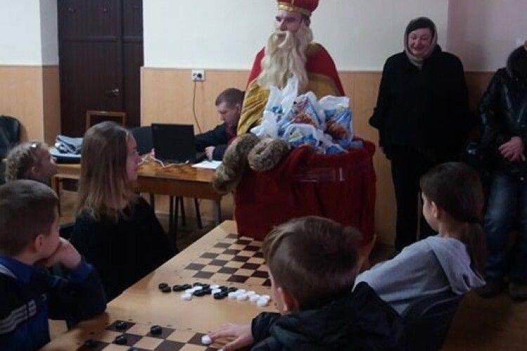 У Луцьку до Дня Миколая пройшов шашковий турнір