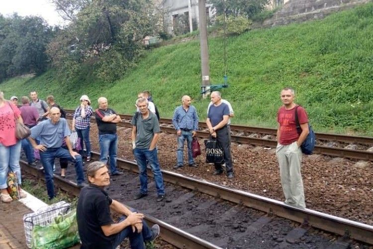 У Львові пасажири понад годину блокували залізничні колії (ВІДЕО)