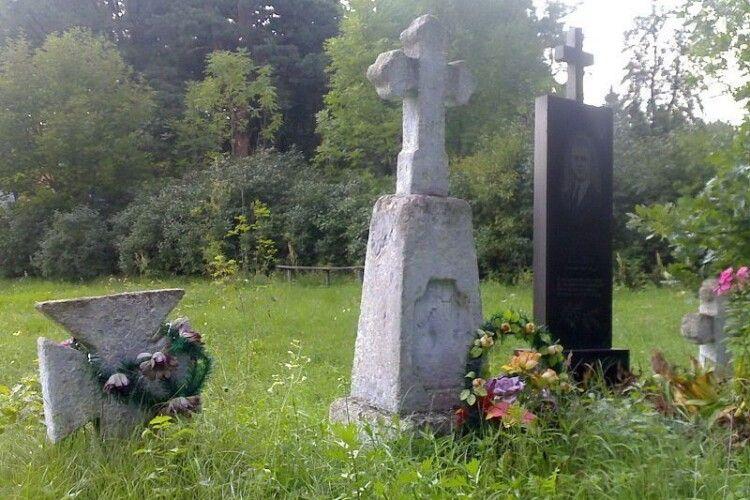Семикласниці позували оголеними на тлі могил. Фото виклали у соцмережі