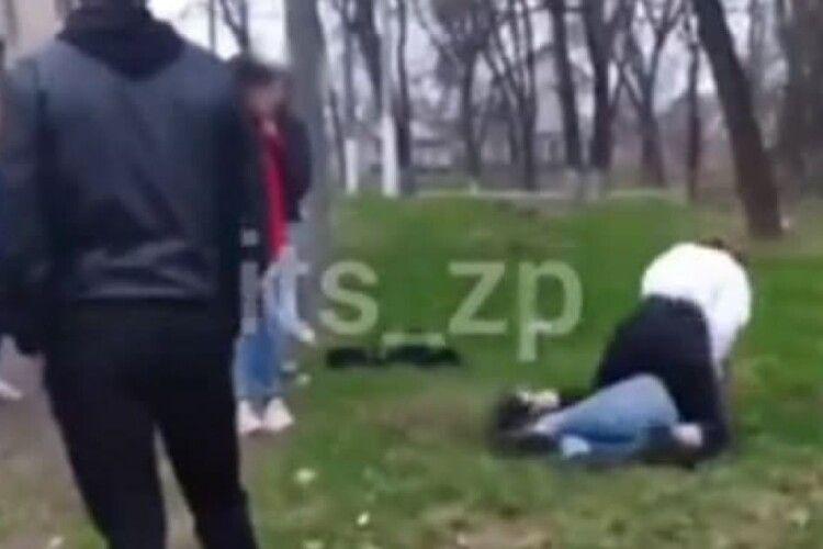 Побилися через хлопця: тягала за волося та обличчям у землю (Відео 18+)