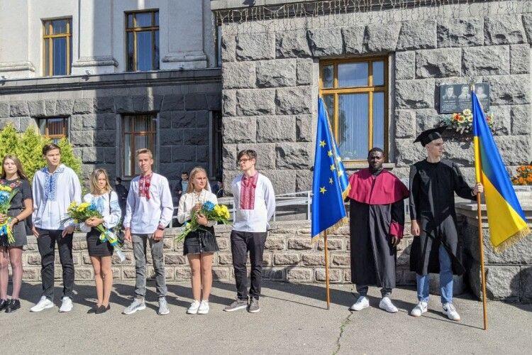 Сьогодні сотні першокурсників Лесиного вишу стали студентами (Фото, відео)