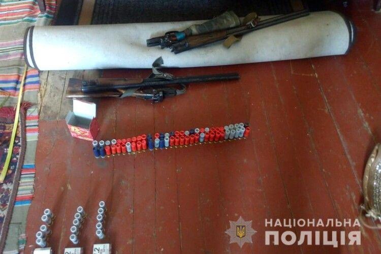 Поліцейські вилучили у волинянина зброю, боєприпаси та наркотики (Фото)
