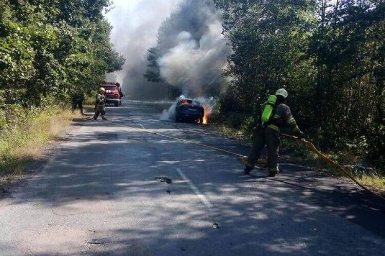 На Рівненщині авто спалахнуло під час руху (Фото)