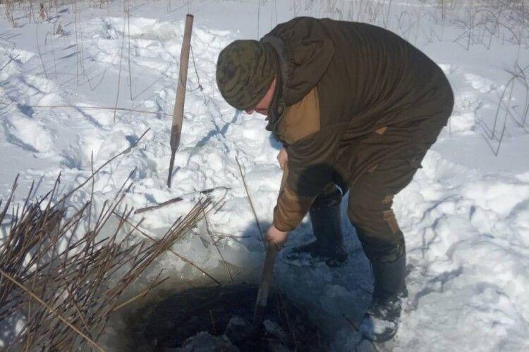 Щоб риба не задихнулась: у Шацькому національному парку рубають лунки на озерах