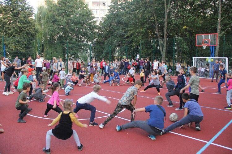 У дворі будинку в Луцьку відкрили мультифункціональний спортмайданчик (Фото)
