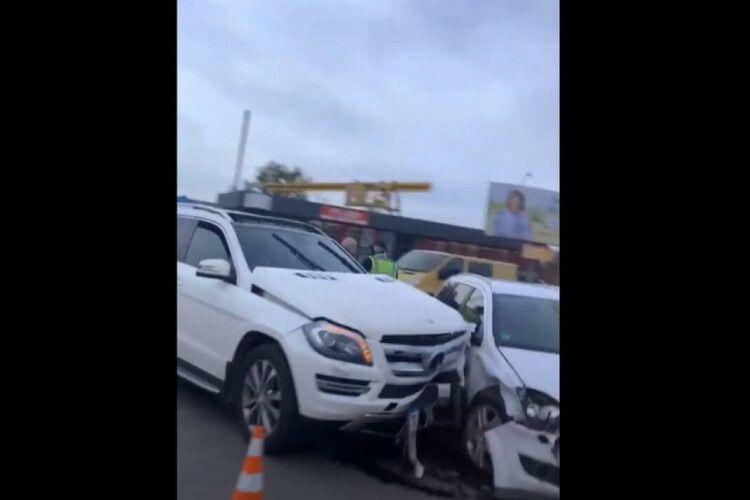 У Луцьку – знову ДТП: позашляховик Mersedes протаранив Opel (Відео)