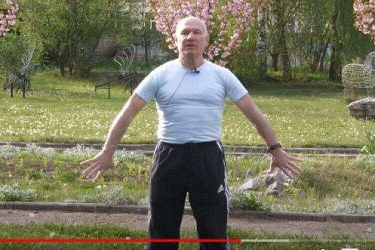 Вправи для щік, спини, ануса... 74-літній ректор Острозької академії показав, як робить руханку (Відео)