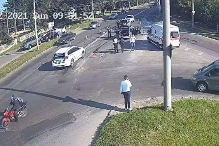 У Луцьку на перехресті сталася потрійна ДТП: момент потрапив на камеру (Відео)
